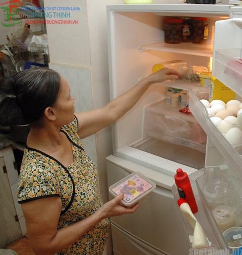Để thịt nóng vào tủ lạnh khiến tủ lạnh mau hỏng